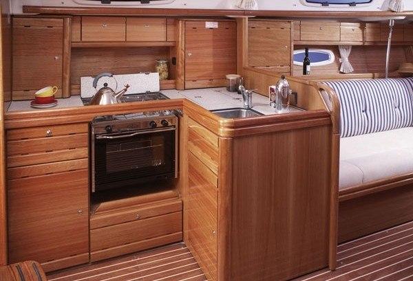 Bavaria 37 - Küche gesehen von dem Navigationstisch