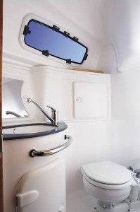 Bavaria 30 Cruiser - Naßzelle mit Toilette & Dousche.