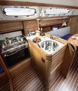 Bavaria 31 Cruiser - Küche mit Backofen & Kühlschrank