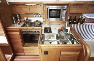 Bavaria 35 - Küche gesehen von der Naßzelle