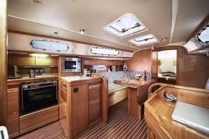 Bavaria 35 Cruiser - salon gezien vanaf navigatiehoek