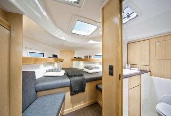 Bavaria 40 (2012) - geräumige Kabine vorne mit großem Doppelbett