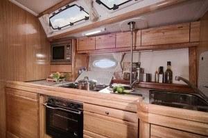 Bavaria 40 - Küche übder die Länge des Schiffes