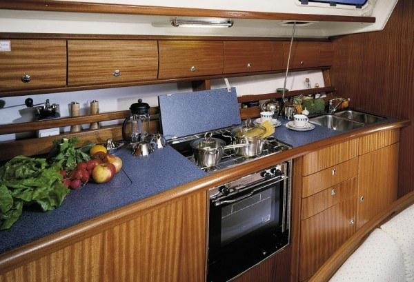 Bavaria 44 - Küche gesehen von der Sitzecke
