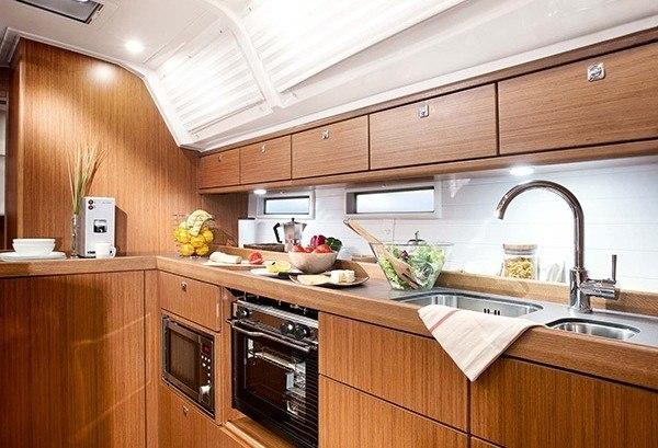 Bavaria 46 - Tolle Küche gesehen von der Sitzecke