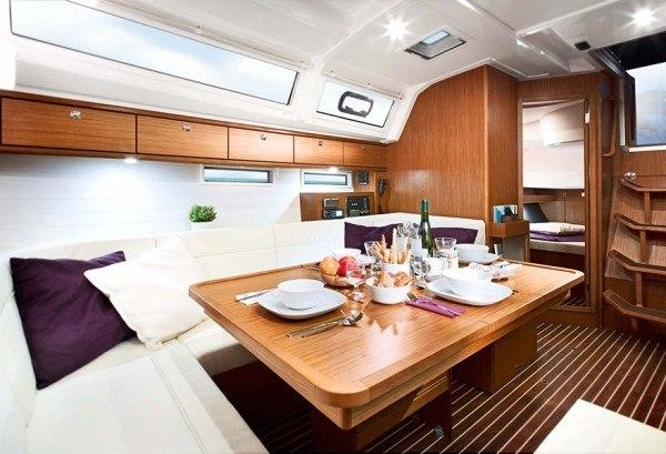 Bavaria 46 - Sitzecke gesehen von der Küche