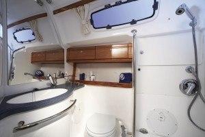 Bavaria 46 Cruiser -Naßzelle vorne im Schiff mit Dusche und Toilette