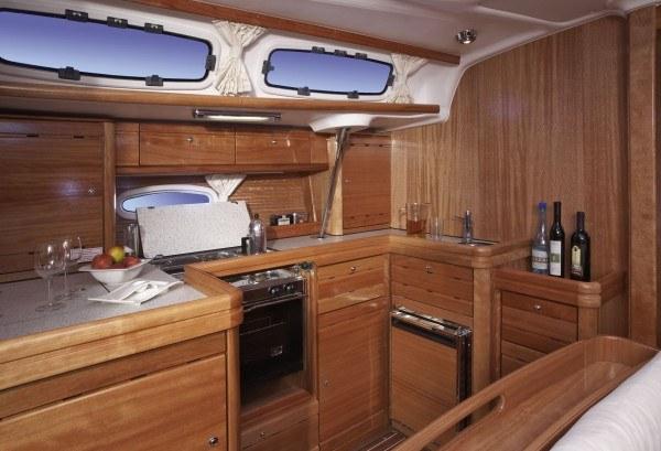 Bavaria 46 Cruiser - Küche gesehen von der Sitzecke