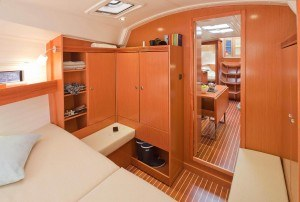 Bavaria 36 Cruiser - sehr geräumige Kabine mit großem Doppelbet vorne im Schiff