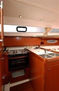 Beneteau Oceanis 31 - Küche mit Kühlschtank und Backofen