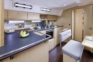 Bavaria 45 Cruiser - Küche gesehen von der Sitzecke