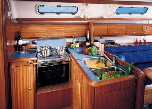 Bavaria 36 - Küche gesehen von der Navigationsecke